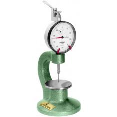 Micromètre-comparateur vertical, avec table réglable Ø 50 mm en acier trempé rectifié, lecture a cadran 0.01 mm, capacité 10 mm